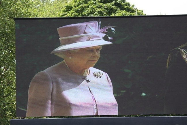 The Queen on the Stage screen